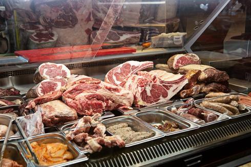 """בוחרים את הנתחים. מסעדת """"רק בשר"""""""