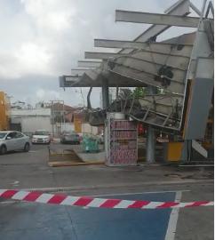 גג תחנת הדלק בשעריים קרס