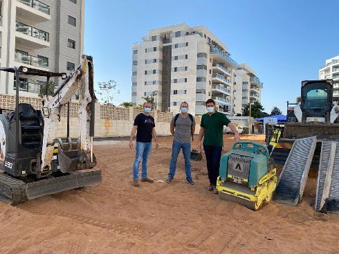 עבודות להקמת הגינה החדשה בחצרות המושבה