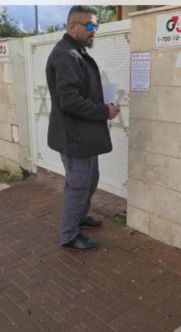 מדבקות סמוך לבתי הכנסת ברחובות