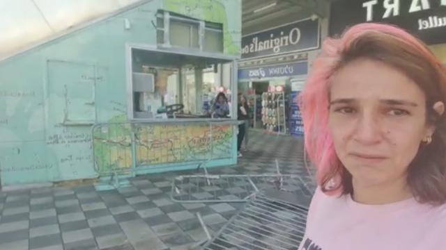 שירה חדד ליד בית הקפה שנהרס