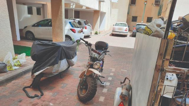 אופנועים בחניה ברחוב אגוז