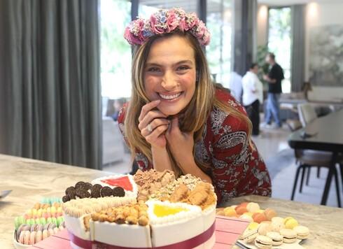 סופרייז! עוגה, זר וצוות צילום לסדרה דוקומנטרית