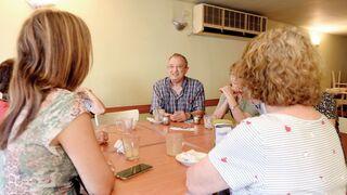 רלף טרופר וחברי קבוצת הלימוד בבית קפה