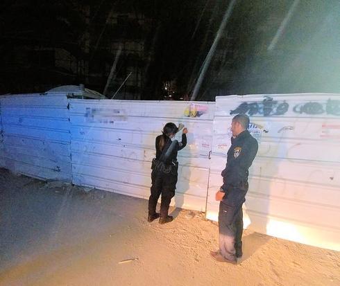 השוטרים באתר הבנייה | צילום: דוברות המשטרה
