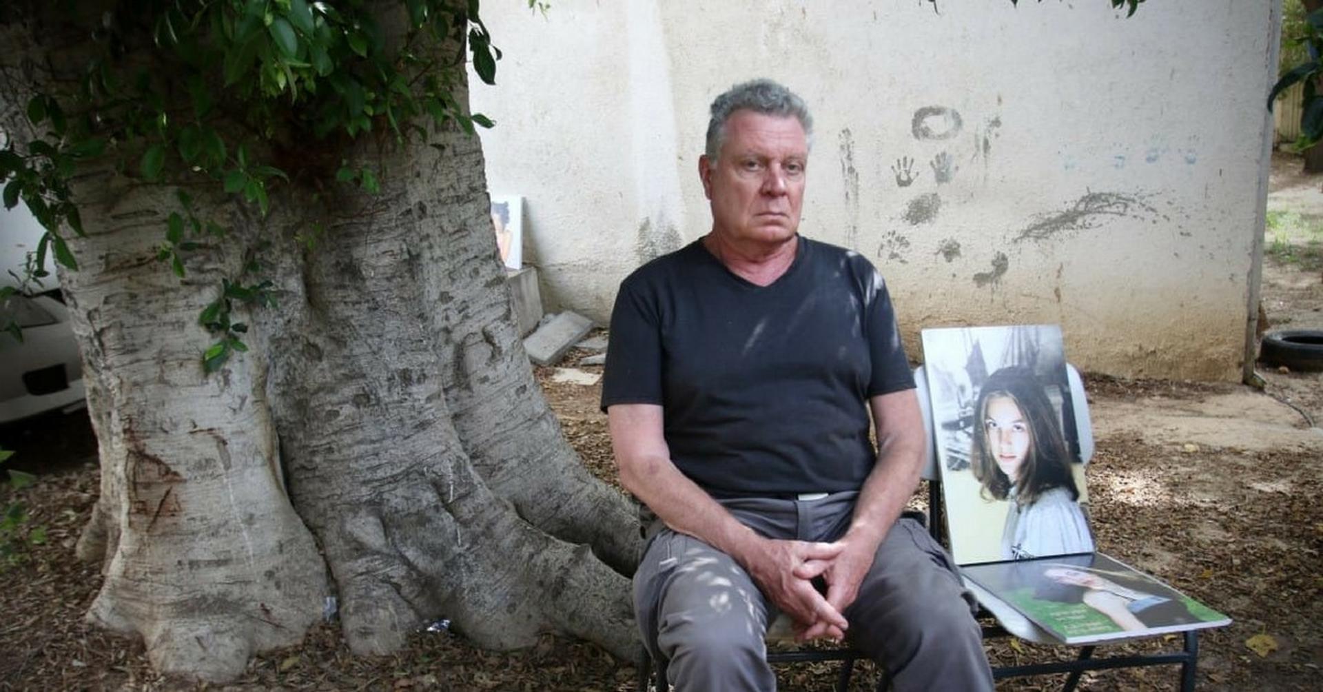 האב עם תמונת בתו. רוצה לחדש את פסטיבל הסרטים לזכרה   צילום אבי מועלם