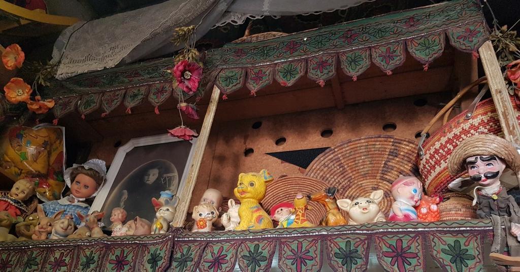 החנות ברחוב הרצל. אלפי פריטים מכל העולם | צילום אביגיל קדם