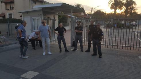 שעת בוקר מוקדמת. הפקחים ומנהל אגף התנועה בשער 'קציר'| צילום: דוברות עיריית רחובות