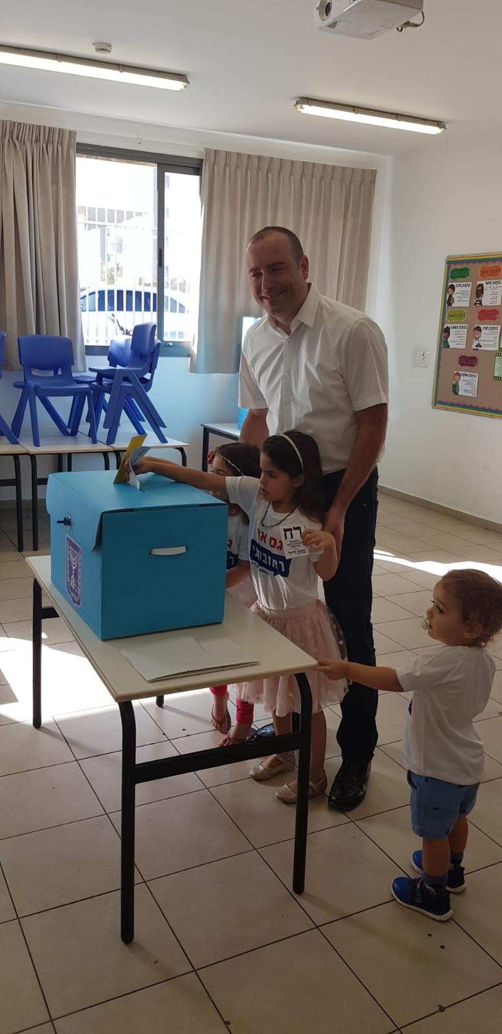 מתן דיל ברגע ההצבעה | צילום: אביגיל קדם