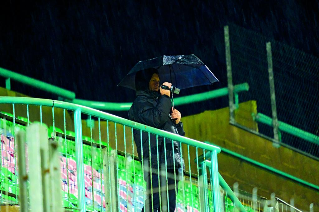 אוהד יחיד שהגיע בכלל לראות את השופט   צילום: יואב דודקביץ'