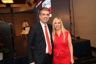 """ליאת שרון, מנכ""""ל ידיעות תקשורת, ואלי כהן, שר הכלכלה. צילום: גיל נחושתן"""