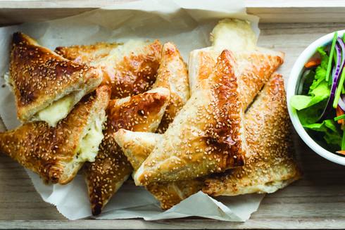מגש בורקס גבינות, רחלי קרוט. צילום: נמרוד סונדרס