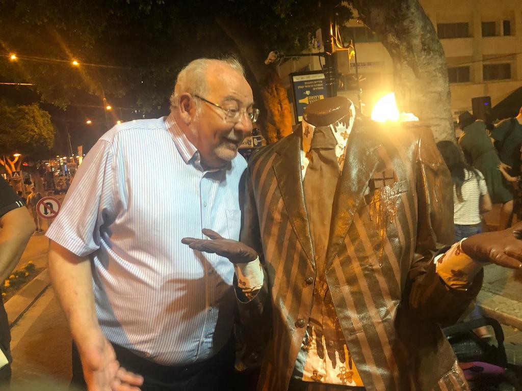 ראש העירייה מלול פגש איש ללא ראש בפסטיבל הפסלים | צילום: דוברות עיריית רחובות