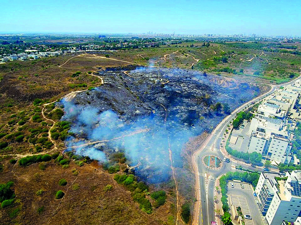 מבט מלמעלה על השריפה   צילום: אייזיק ברמן
