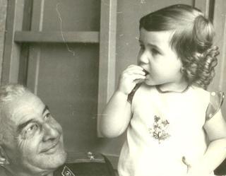קארין ברגינסקי בצעירותה עם סבה אהרון