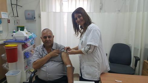 אחות כללית, זיו גרינבלט, מחסנת את ראש מועצת גדרה | צילום: באדיבות 'כללית'